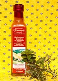 SommerMediterranes Dressingmit getrockneten Tomaten, Kräutern und Olivenöl aus Apulien verfeinert. Holen Sie sich die Sonnenküche nach Hause. Unser Tipp: Perfekt zu Ruccola oder Tomaten-Mozzarella. -Saisonal erhältlich-