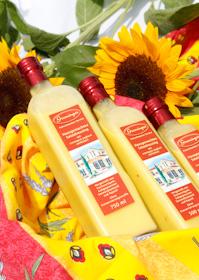 Unser hausgemachtes Salatdressing wird mit feinstem, kaltgepresstem Rapsöl und Sonnenblumenöl hergestellt und mit cremigem Joghurt verfeinert. Schon an der gelblichen Farbe und vor allem dem Geschmack erkennt man die hohe Qualität der verwendeten Salatöle.
