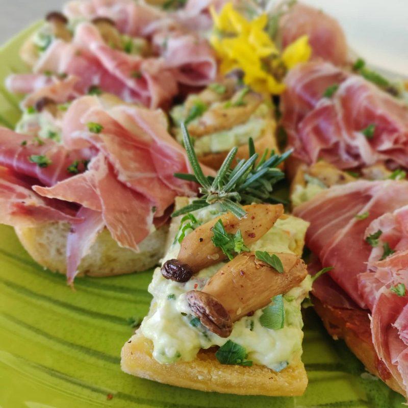 2erlei Crostini für den Frühlingsblattsalat zur Ostermenüvorspeise